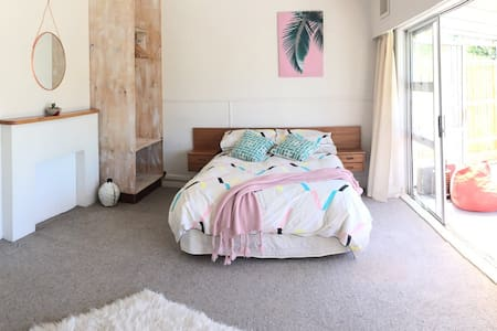 Sunny private studio flat. - Wellington