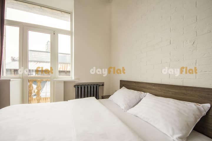 Studio with Balcony & view of Khreschatyk (id 212)