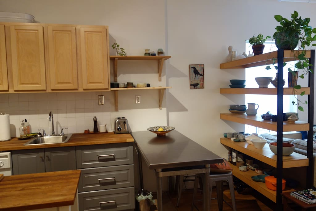 Kitchen w/ seating counter