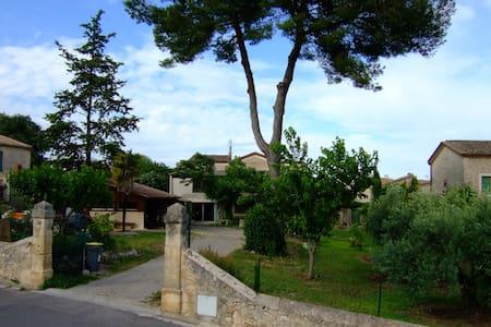 Les Gîtes du Mas GIBERT l' Atelier 40m² + terrasse - Saussines - エコロッジ