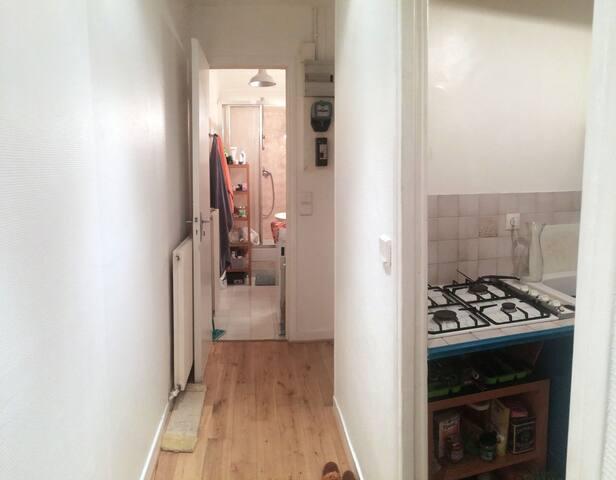 Le couloir d'entrée donnant sur la cuisine, les toilettes et la salle de bain