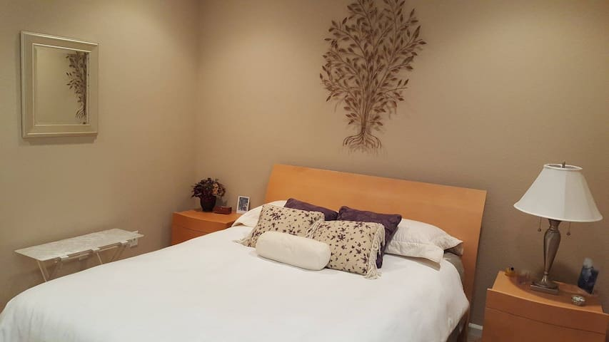 Lovely guest bedroom with adjacent bathroom - Woodland