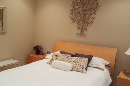 Lovely guest bedroom with adjacent bathroom - 伍德兰(Woodland)