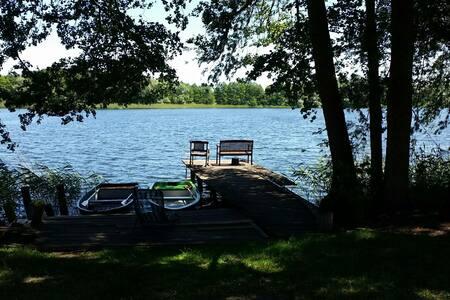 Ferienwohnung direkt am See (rote Wohnung)