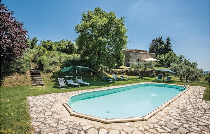 Beautiful apartment in Castellina in Chianti with WiFi, 2 Bedrooms and Outdoor swimming pool