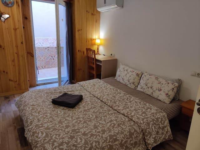 Big room BCN CENTER with AC and balcony La Rambla