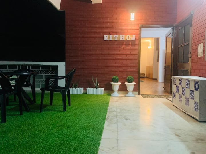 Rithoj-entire floor, terrace garden,bonfire,wifi