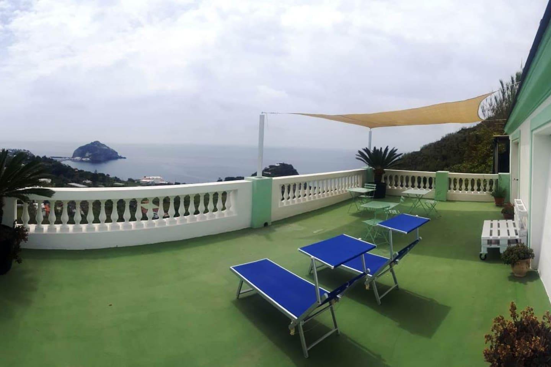 La nostra area relax panoramica dove poter fare colazione o rilassarsi leggendo un libro con la vista mozzafiato sulla Torre di Sant'Angelo