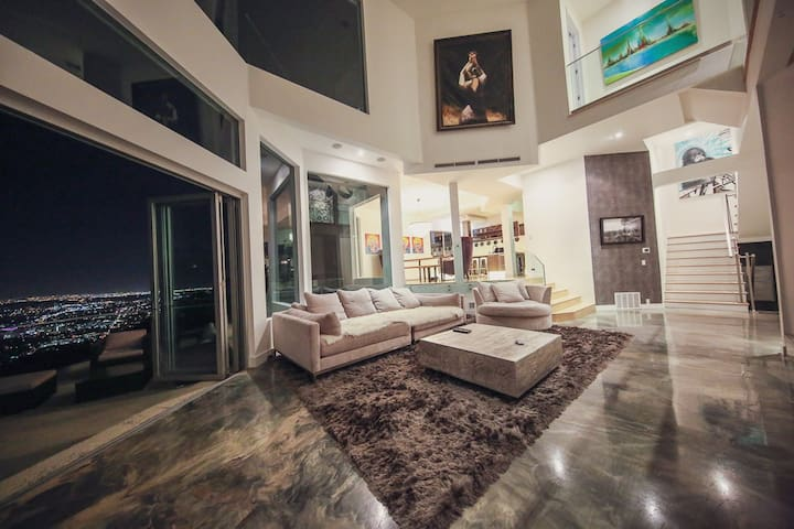 Hollywood Hills Modern Sanctuary–Jaw Dropping View