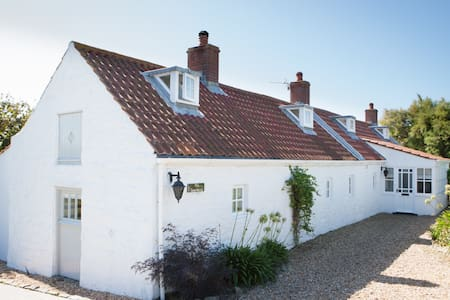 The Sea Horse Bed + Breakfast, L'Eree, St Peters