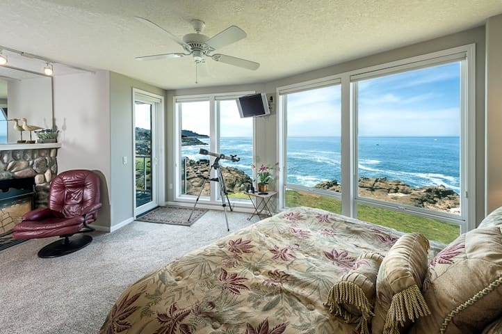 THE BEACON: Oceanfront, Fireplace & Watch Whales