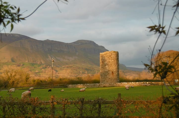 The House behind the Tower, Drumcliff ,Sligo - Sligo - Hus