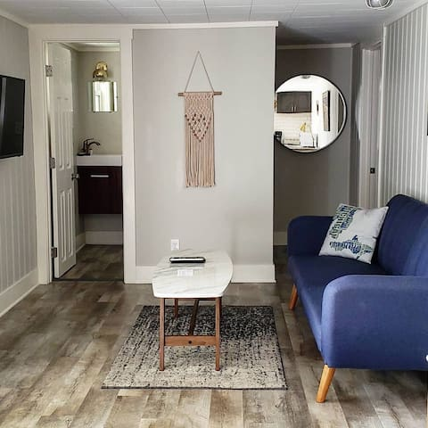 Mid-century modern getaway, one bedroom kitchenette suite 30 seconds from the water!