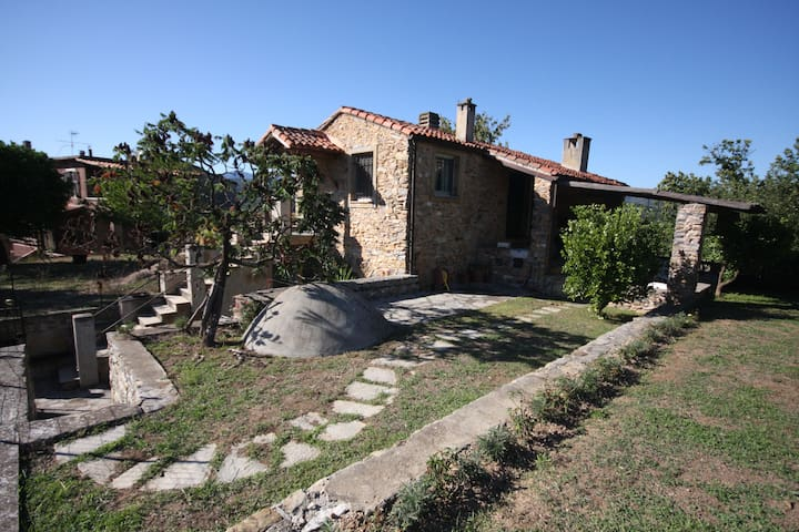 Perfect house with own garden and heavenly view! - Garlenda - Stuga