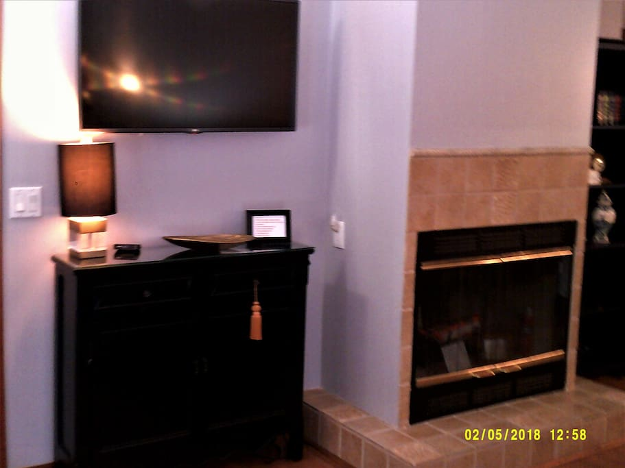 WALL MOUNT TV / LIVING ROOM, FIREPLACE