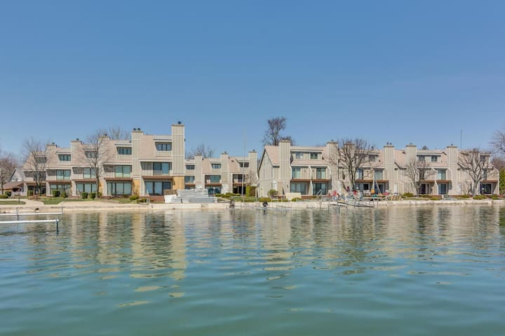 Harbour Condo on the Lake!
