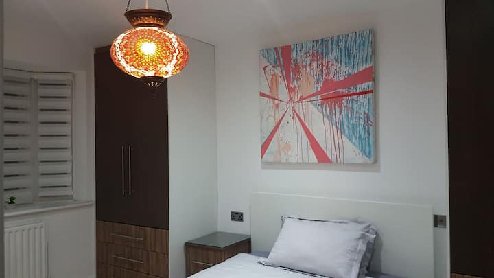 Dbl bedroom en-suite 20 min to Gatwick direct bus