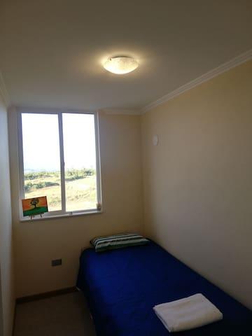 Habitación acogedora y limpia, cama nueva