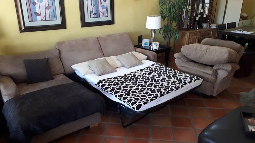 Sofa camada mas adecuado para una persona delgada o niños. Sofa bed better suited for a thin person or kids.