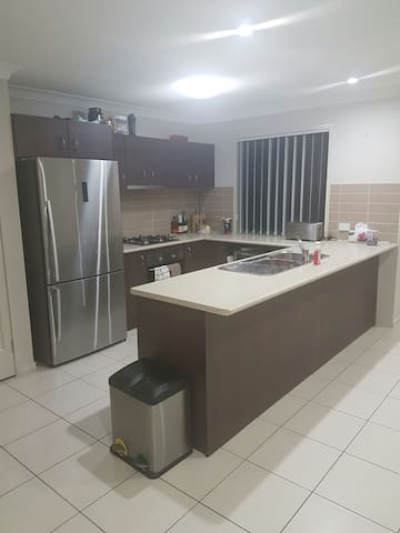 Private room, shared living space - Bray Park