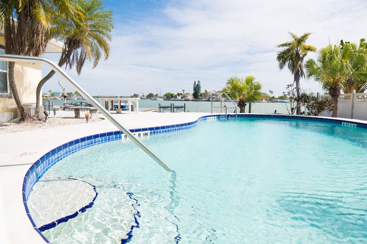 Waterfront facing room, Pool open! Steps to beach!