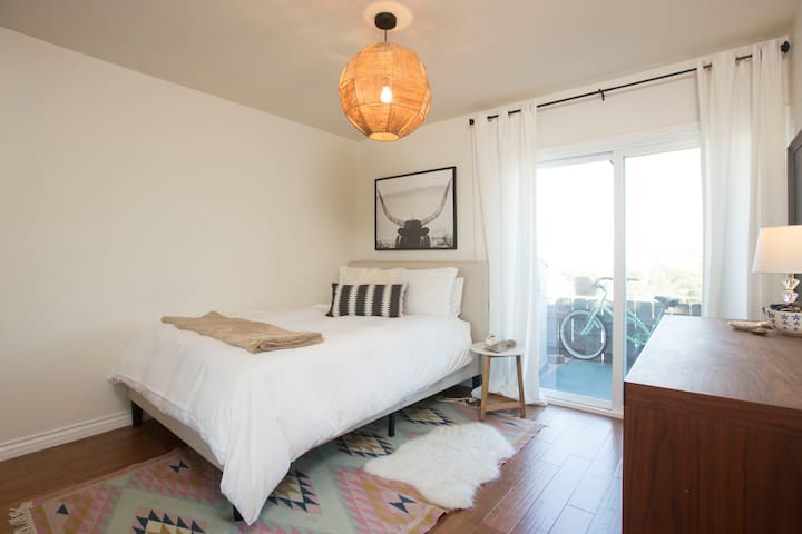 Cute, clean, boho room in Solana Beach condo