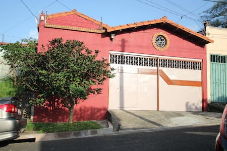 Casa de las Flores, Casa Sakura.