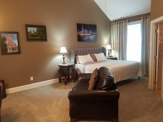 Private Vaulted Suite! King,Wet Bar,Bath/5 min DT!