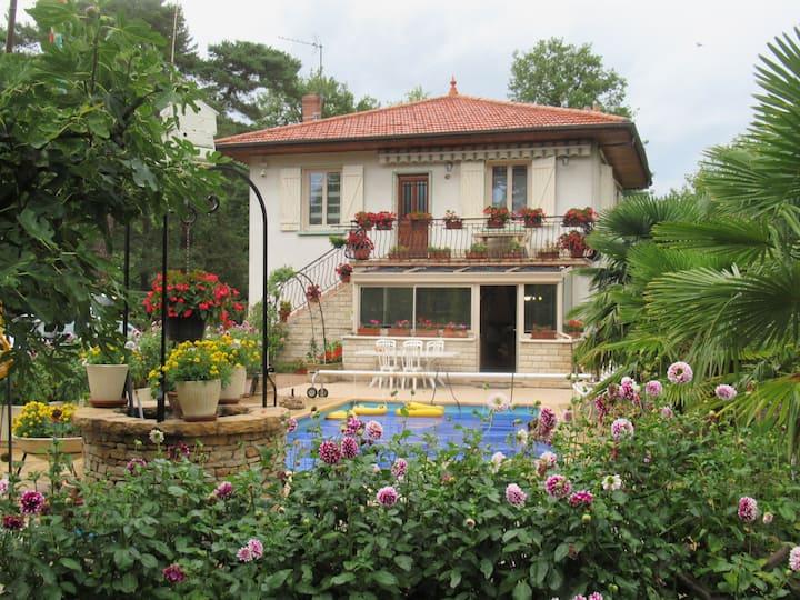 Appartement indépendant dans maison avec piscine