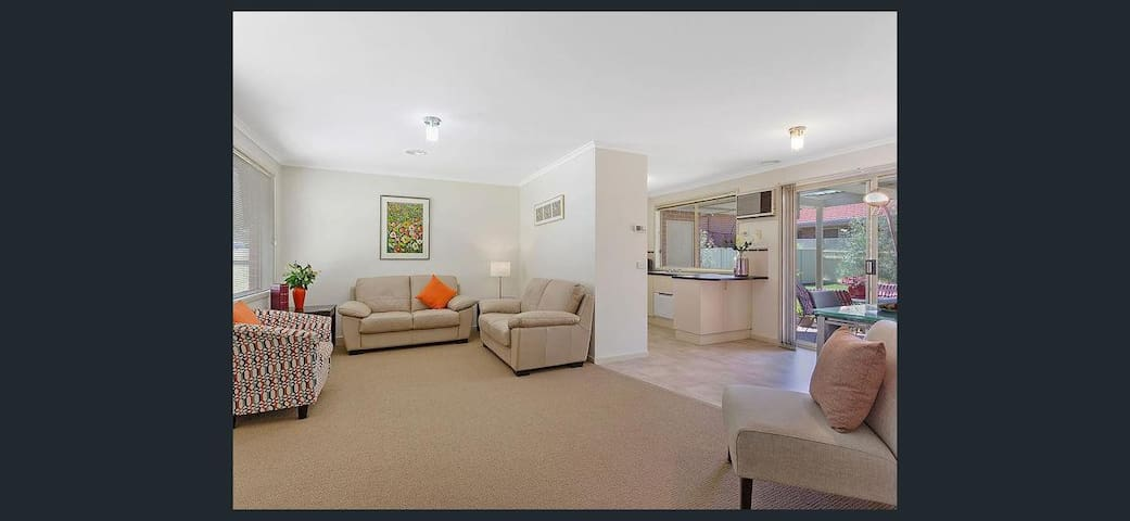 Cosy Townhouse, Private Yard, NBN and Netflix - West Albury - Casa