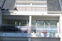 L'appartement et ses deux balcons face à la plage du Trez