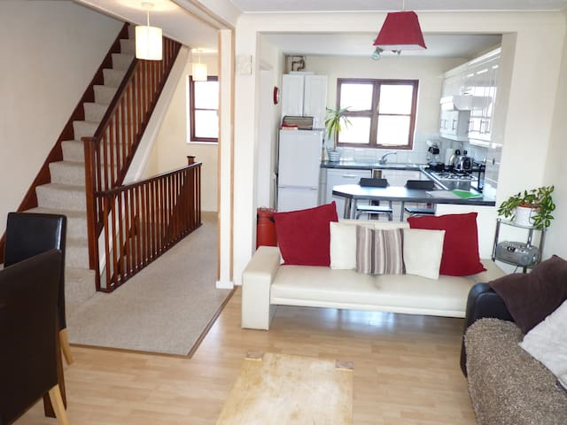 3 Storey Town House, within walking distance to Poole Quay. Garden. WiFi. BBQ. Pet friendly.