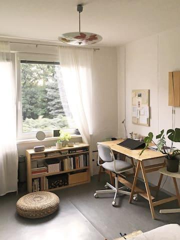 Pracovní prostor v ložnici.