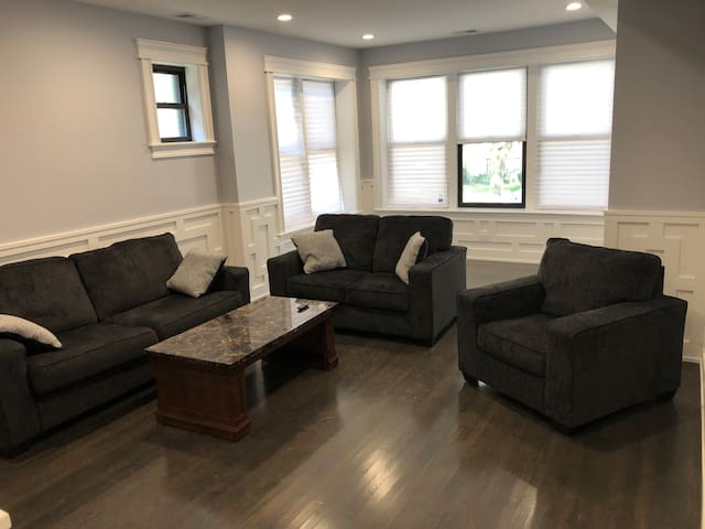 NEWLY RENOVATED 3 BR Condo 10 mins from Wrigley!