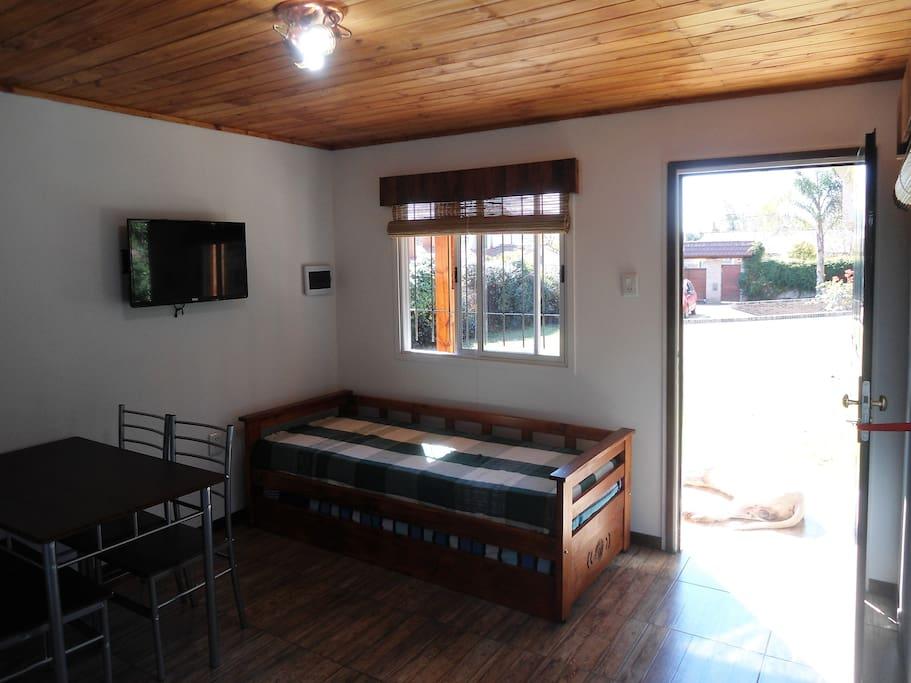 SmartTv, mesa y sillas, sofá-cama & cama marinera, también con colchones de alta densidad de 80 x 190 y 18 cm de confort.