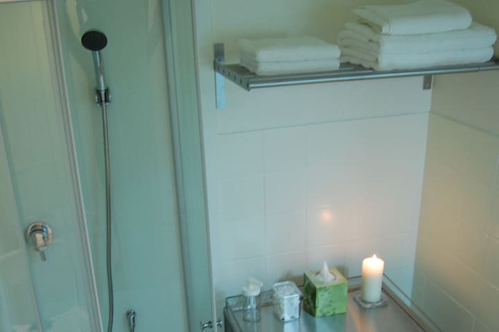 Prenez soin de vous, chouchoutez-vous. Cabine de douche de 80 x 80 cm, petits accessoires de salle de bains prévus pour votre bien-être. Et pourquoi pas une séance de réflexothérapie ou une manucure à domicile !