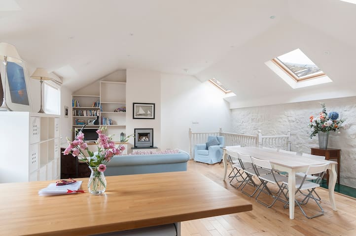 Light and bright living area on first floor with kitchen and dining table