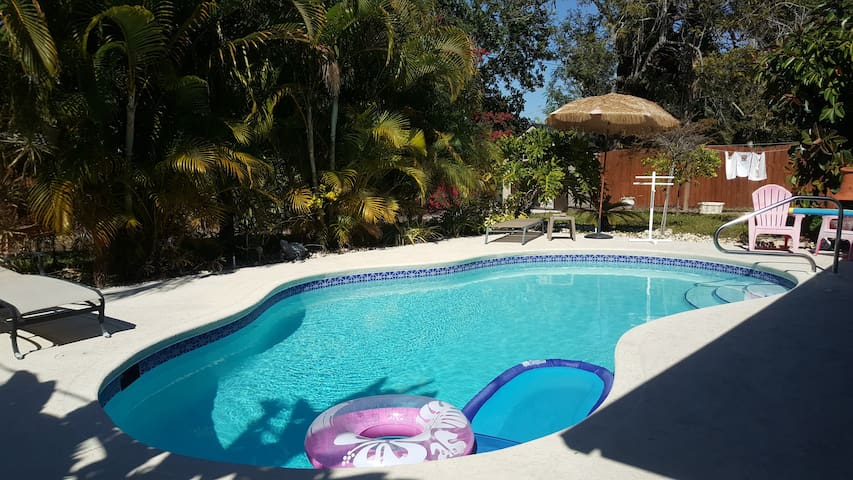 Tropical pool home private!