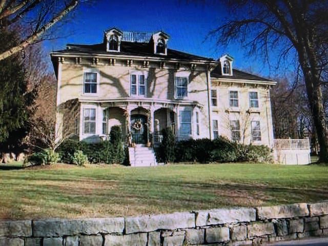 Stately Victorian w/Waterviews close to Newport