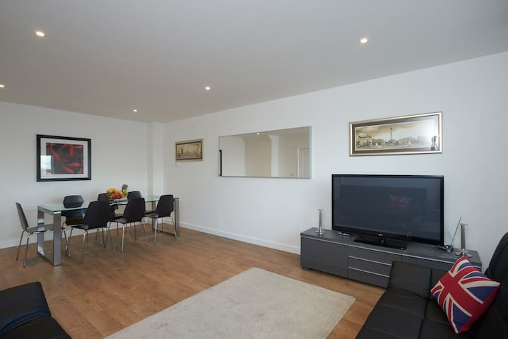 Thames Riverfront Luxury 3 Bedroom Townhouse