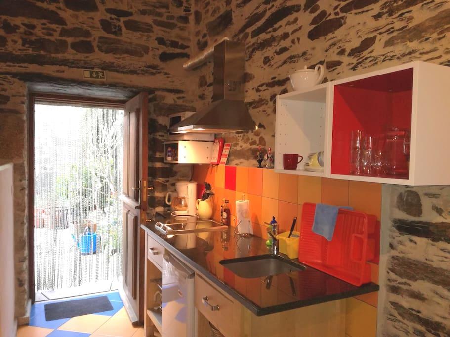 Studio 2 kitchenette met deur naar terras