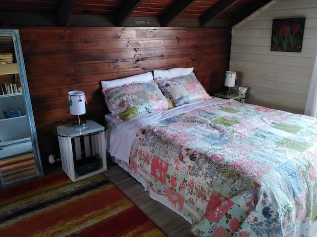 Ricas sábanas, frasadas y un buen plumón... Hay cobijas adicionales...