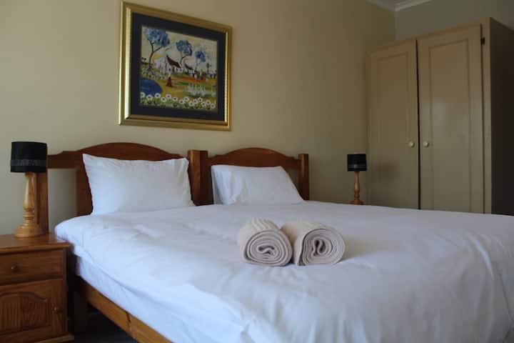 Acorn Lodge Comfort King Room - Bath