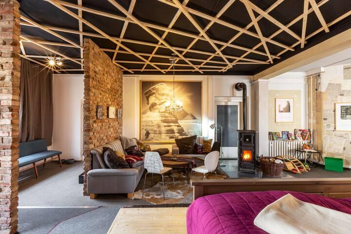 Stilvolles Urlaubsloft im Herzen von Marienberg mit erholsamen 100 Quadratmetern Wohn- und Schlaffläche. Die Aufbettung für 10 Personen oder Babys/Kleinkinder ist möglich. Auch Vierbeiner sind herzlich willkommen.