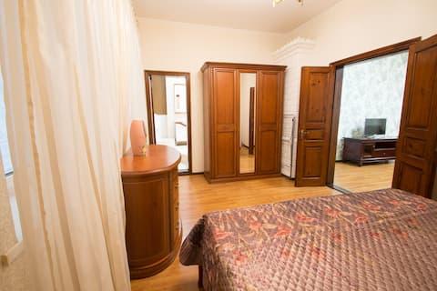 2 Bedroom Apt on Sadova Corner of Derybasivska St