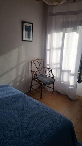 Chambre avec grand lit , vue sur le massif