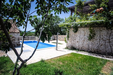 Old Stone House With Swimming Pool for Families
