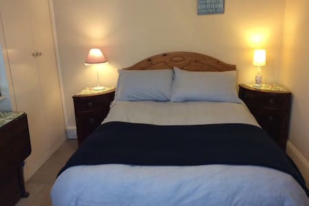 Quiet, cosy home close to town near all amenities - Bournemouth - House