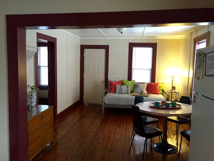 Downtown FLAG, BIG House! 3 Rooms & 2 Bathrooms
