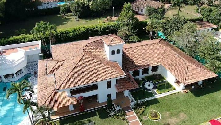 Beautiful Hacienda in Cali, live like a King!